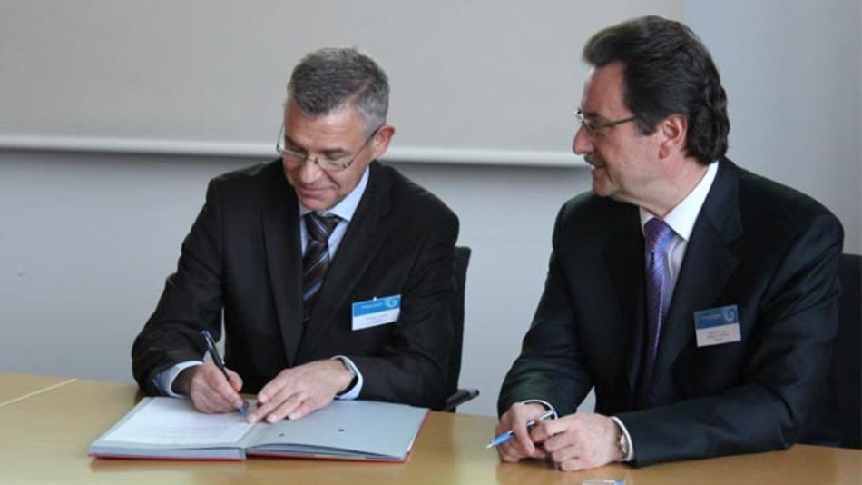 Karlheinz Haupt, Leiter des Geschäftsbereichs Fahrerassistenzsysteme der Continental Division Chassis & Safety und Prof. Dr. Robert F. Schmidt, Präsident der Hochschule Kempten bei der Vertragsunterzeichnung (von links nach rechts).