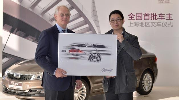 Volker Steinwascher übergibt den ersten Qoros3 an seinen neuen Besitzer Yu Min.