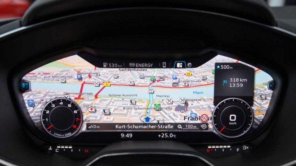 Beim digitalen Instrumenten-Cluster von Audi lassen sich u.a. umfassende Navigationsinformationen einblenden.