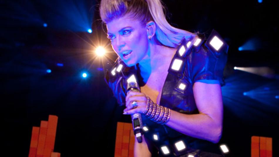 Die OLED-Jacke: Getragen wird sie hier von der Sängerin der Pop-Band Black Eyed Peas bei einem Konzert 2011. Im Gegensatz zur Vorgängerversion mit LEDs soll es in der Jacke nicht so warm werden.