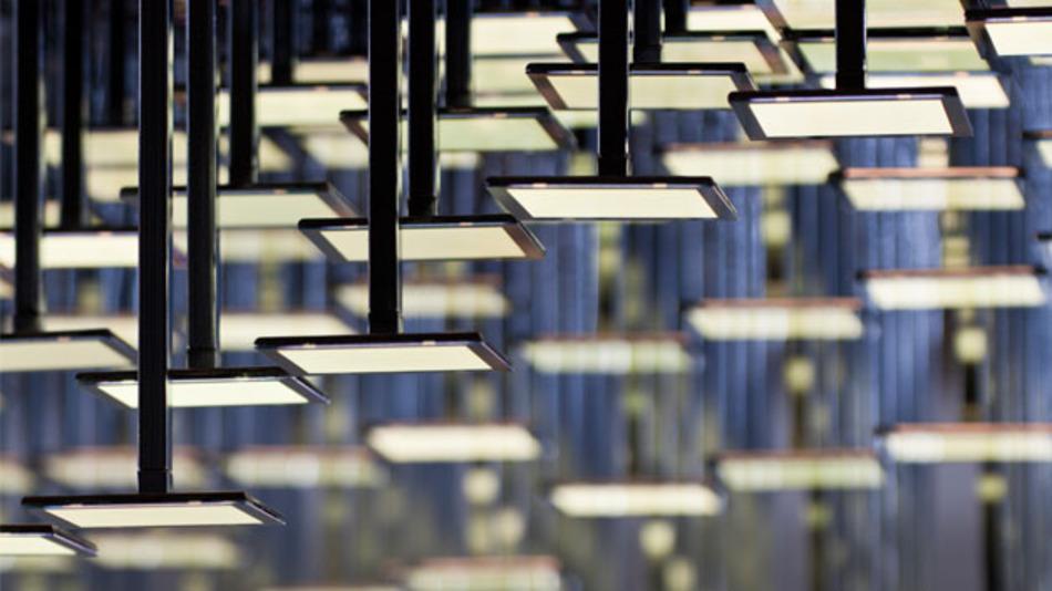 Die LivingSculpture-Leuchte von Nahem. Die einzelnen OLED-Panels befinden sich an verschieden langen Stäben.