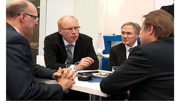 Joachim Kroll, Elektronik, Marcel van Helten und Daniel Piper, Kontron, und Manne Kreuzer, Markt&Technik, im Gespräch auf der SPS IPC Drives Ende November 2013 in Nürnberg.