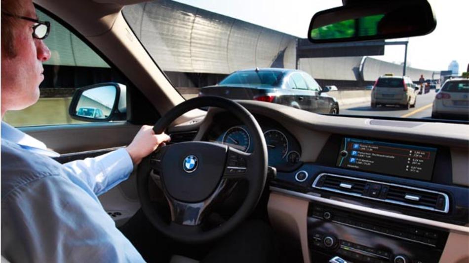 Das Auto soll dem Fahrer situationsabhängig und auf seine individuellen Präferenzen abgestimmt aktuelle Informationen und Angebote, wie freie Parkplätze, entlang seiner Route präsentieren.