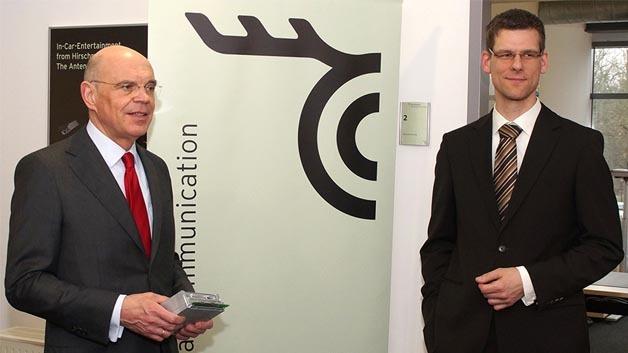 Ludwig Geis, Geschäftsführer der Hirschmann Car Communication GmbH (links) und Andreas Trabes, Leiter des neuen Entwicklungsstandorts in Fulda bei der Eröffnung.