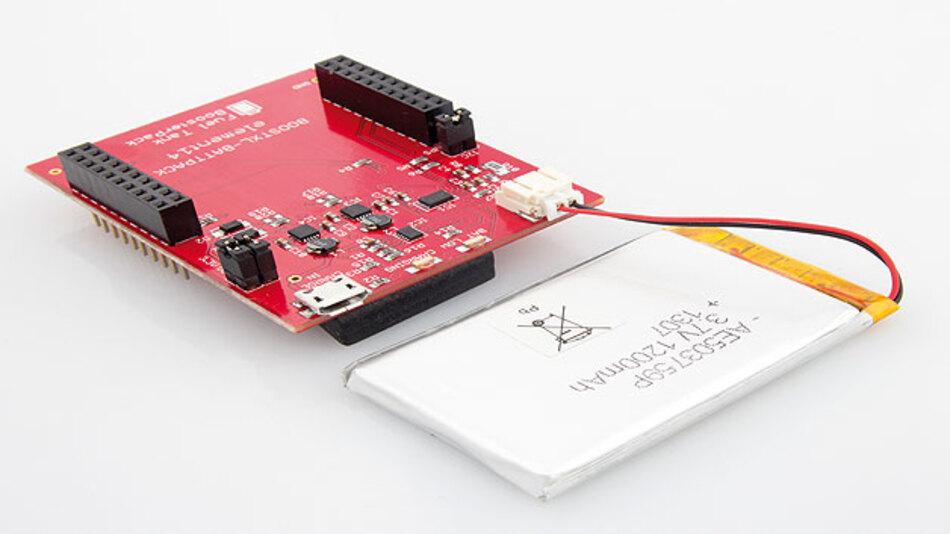 """Bild 3. Mit dem """"BoosterPack"""" können die LaunchPads von TI an einem Akku betrieben werden, der per USB geladen wird."""