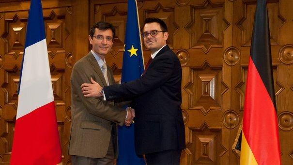 Bruno Lebrun (Gireve, links im Bild) und Andreas Pfeiffer (Hubject) geben die Kooperation zur europaweiten Vernetzung von Ladestationen bekannt.