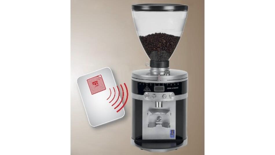 Durch RFID-Transponder, die in die Kartenrohlinge integriert sind, wird die Kaffemühle aktiviert.