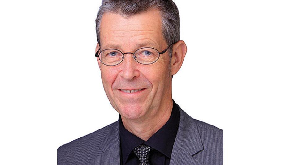 """Holger Zeltwanger, Managing Director CAN in Automation e. V.: """"Die meisten Pkw-Hersteller werden CAN FD zuerst zum Herunterladen von Software verwenden"""" und """"Alle relevanten Hersteller von Mikrocontrollern für Autos implementieren derzeit mit Hochdruck CAN FD""""."""
