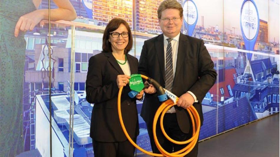 Rada Rodriguez, Vorsitzende der Geschäftsführung der Schneider Electric GmbH, und Dr. Arndt Neuhaus, Vorstandsvorsitzender der RWE Deutschland AG geben auf der Energiefachmesse E-world die E-Mobility-Kooperation der beiden Häuser bekannt.
