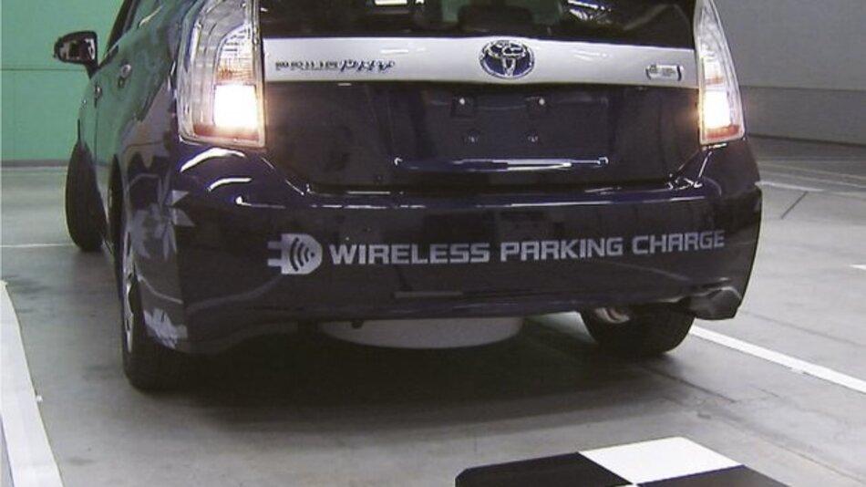 Laden ohne lästiges Kabel: Toyota testet die Technik mit drei Plug-in Hybridfahrzeugen.
