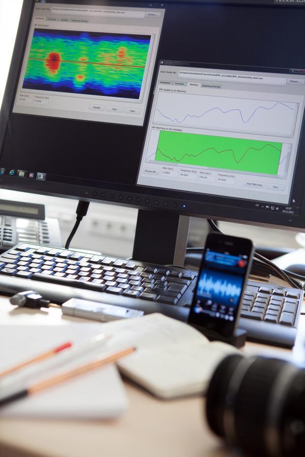 Mit der PlagiarismAnalyzer-Software lässt sich in wenigen Sekunden überprüfen, ob Audiomitschnitte echt sind. Zwei Audioaufnahmen zeichnen ihre charakteristische Wellenform auf den Computerbildschirm. Ein optisches Signal zeigt verdächtige Positionen im Material an.