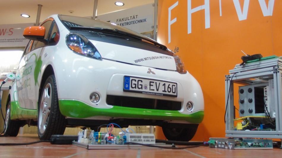 Mit der von der FHWS entwickelten Power-Box lassen sich Elektro- und Hybridfahrzeuge als mobile Pufferspeicher im Stromnetz nutzen.