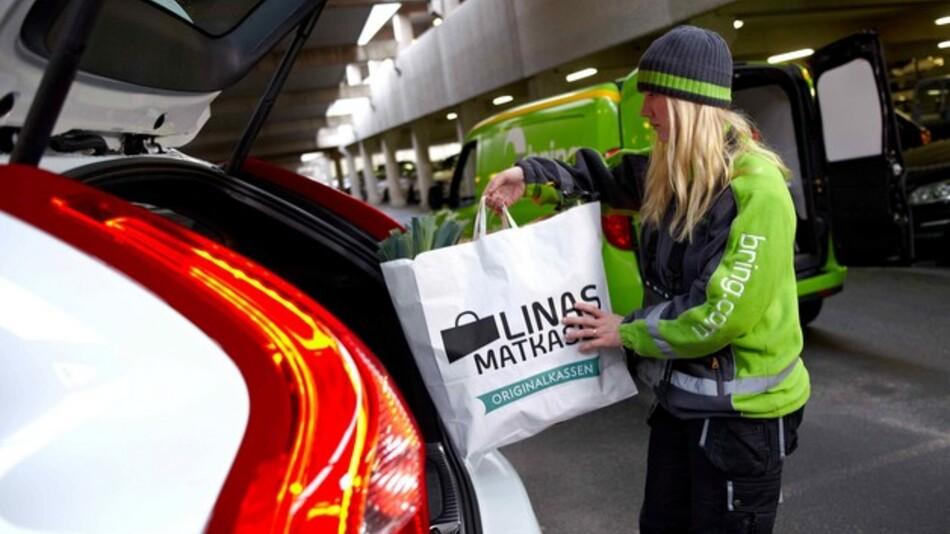 Volvo hat eine Vernetzungstechnologie vorgestellt, bei der die Online-Bestellung einfach ins Fahrzeug geliefert werden kann. Dazu erhält der Lieferant einen digitalen Schlüssel, der nach Zustellung sofort erlöscht.