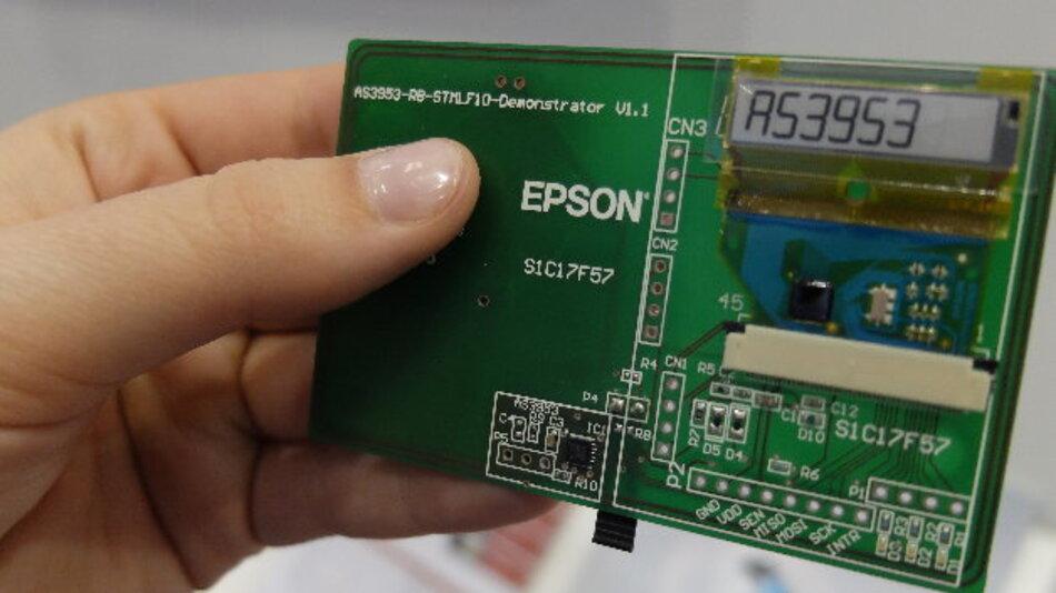 Blick auf das Board: ganz unten links der as3953. Auf der rechten Seite der Epson-Controller und ganz oben das E-Paper-Display, das nur beim Umschalten Energie benötigt.