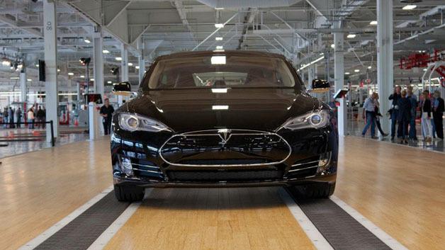 Der Tesla S bei seiner Präsentation im Jahr 2012. In dem Wagen steckt wahlweise ein 60-kWh oder 85-kWh-Akku. Die Akkus sollen zukünftig selbst und wahrscheinlich in den USA gefertigt werden.