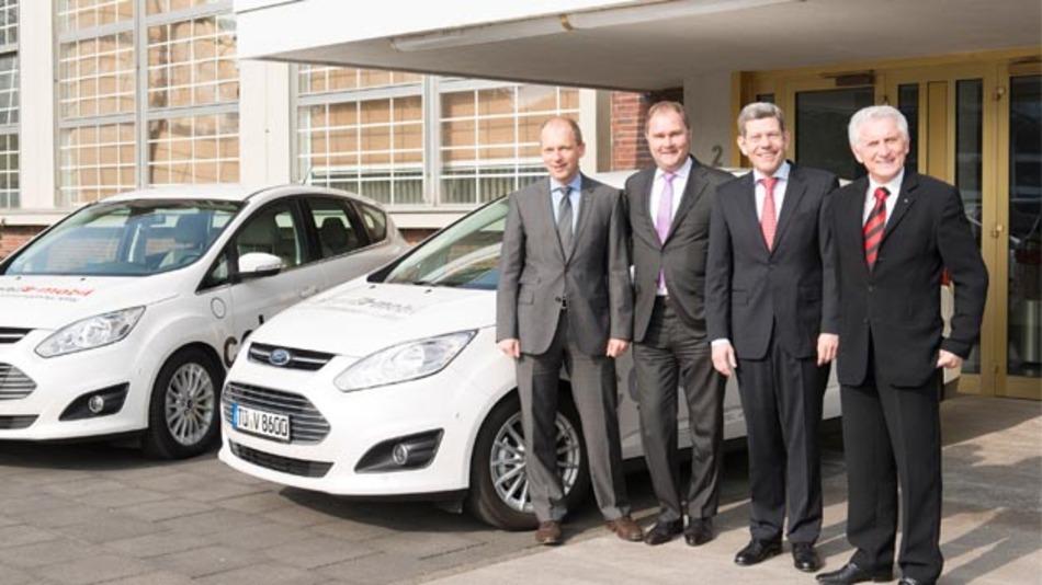 Ford-Deutschlandchef Bernhard Mattes (2.v.r.) und Jörg Beyer (1.v.l), Geschäftsführer Produktentwicklung der Ford-Werke GmbH, unterzeichneten mit dem TÜV Rheinland, vertreten durch Prof. Dr.-Ing. Jürgen Brauckmann (1.v.r.) und Dr. Thomas Aubel (2.v.l.), den Vertrag über eine Premium-Partnerschaft.