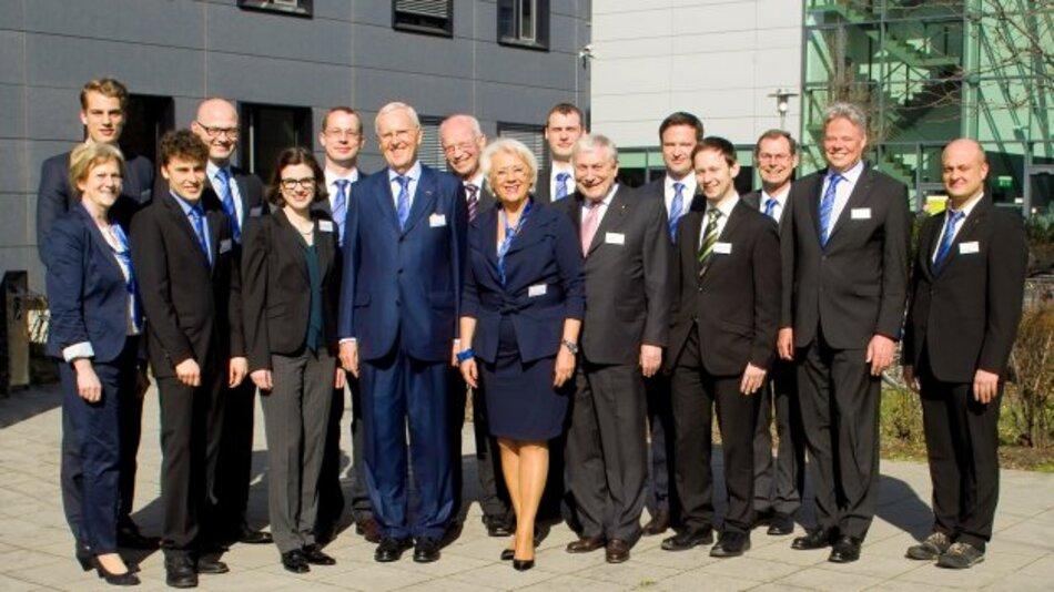 Dietmar Harting (Vierter von links), Vorstandsvorsitzender und persönlich haftender Gesellschafter, und Margrit Harting, Generalbevollmächtigte Gesellschafterin, freuen sich über die neue Niederlassung in Berlin. Dr. Frank Brode (Dritter von rechts, hinten), Vorstand Neue Technologien, und Claus Hilger (Zweiter von rechts), Geschäftsführer Harting IT Systemintegration, freuen sich auf die Zusammenarbeit mit den Kollegen in der Hauptstadt.