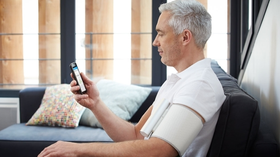 Mit dem kabellosen Online-Blutdruckmessgerät lassen sich die Werte direkt am Smartphone anzeigen.