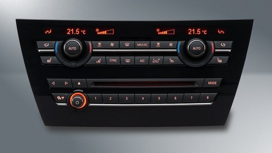 Das von Preh entwickelte und produzierte Center-Stack-Bediensystem für Audio- und Klimafunktionen im neuen BMW X5.