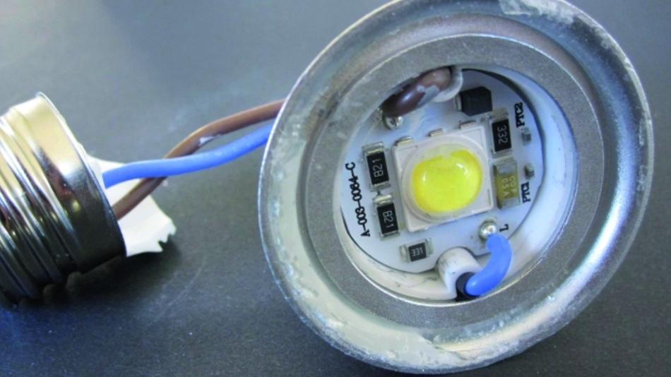 Bild 4. Geöffnete Retrofit-Lampe mit Blick auf die neue LED-Schaltung.