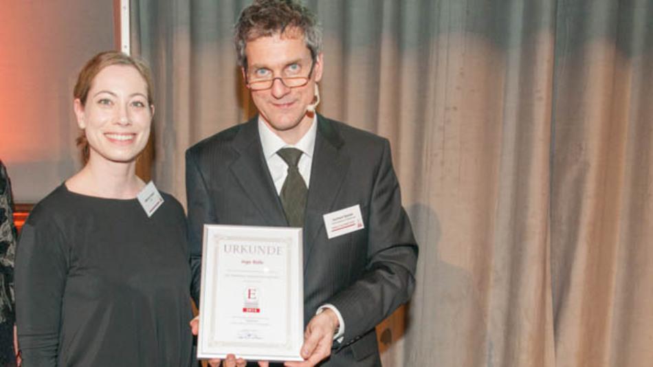 """Stellvertretend für Ingo Rolle nahm Kollegin Melanie Unseld vom VDE die Auszeichung """"Artikel des Jahres 2013"""" entgegen."""