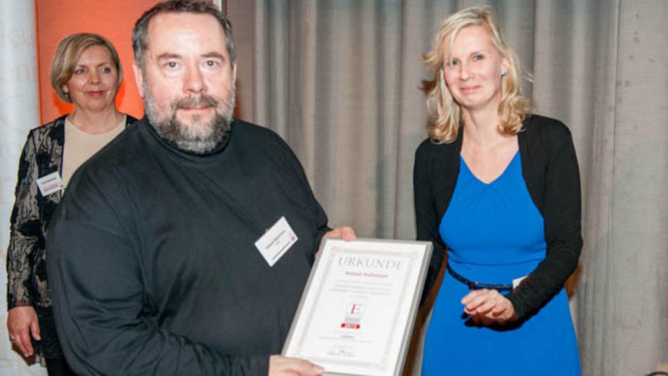 """Stefanie Eckardt von der Elektronik automotive zeichnete Roland Rathmann für den besten Automotive-""""Artikel des Jahres 2013"""" aus."""