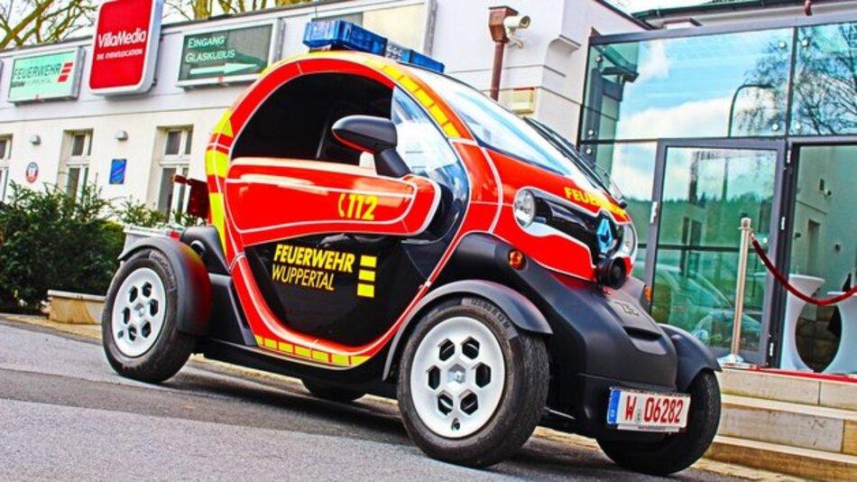 Weniger ist manchmal eben doch mehr: In puncto Wendigkeit lässt der Renault Twizy klassischen Feuerwehrfahrzeugen keine Chance.