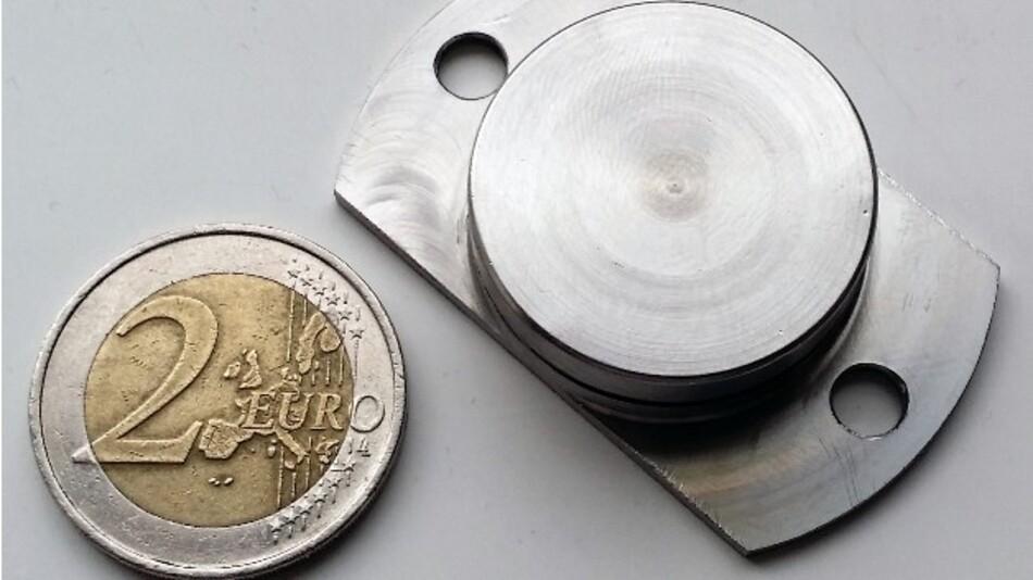 Temperaturen bis +250 °C trotzt IdentPros UHF-RFID-Transponder, dessen Edelstahlgehäuse als Antenne fungiert.