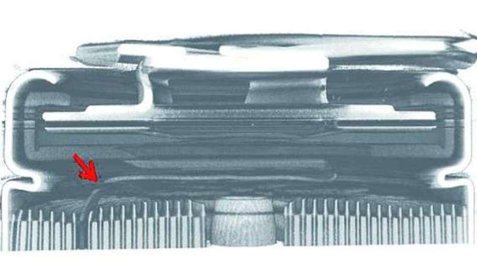 Bild 3: Vertikaler Schnitt durch den CT-Volumenscan des Akkumulators mit Marketing des Risses im Tabbändchen