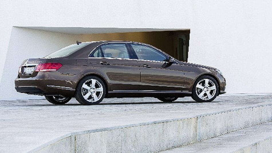 Mercedes-Benz E-Klasse, E 300 BlueTEC HYBRID kommt auf einen Verbrauch von nur 4,1 l/100 km und einen CO2-Wert von 107 g/km.