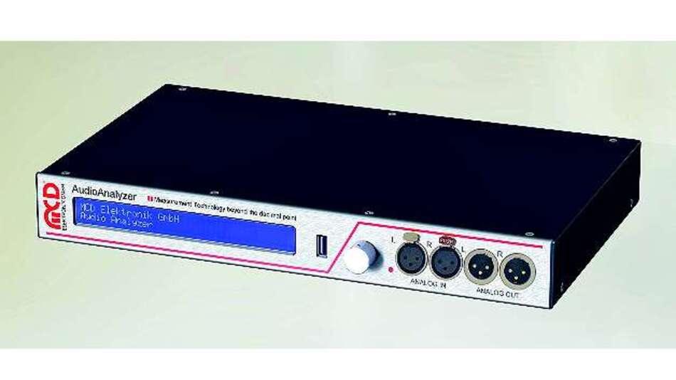 Bild 1: An der Frontseite des »Audio Analyzer« befinden sich die Analog-Schnittstellen und der USB-Anschluss sowie das Display