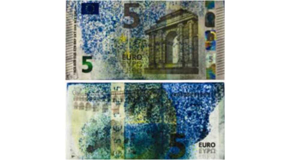 Vor- und Rückseite eines 5-Euro-Scheins, der durch die selbstverteidigende Oberfläche blau eingefärbt wurde.