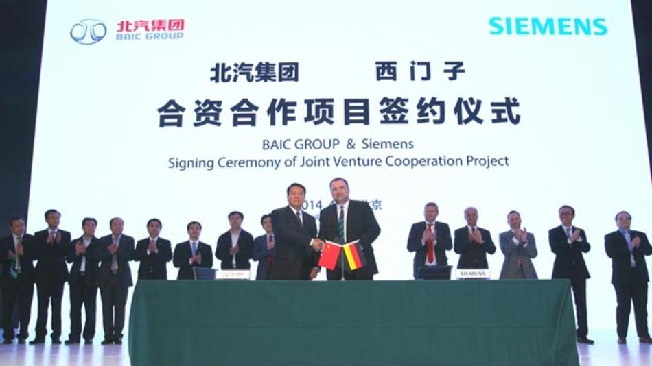 Siemens und BAIC vereinbaren ein Joint-Venture füreffiziente elektrische Fahrzeugantriebe. Die Unterzeichner: Siegfried Russwurm, Mitglied des Vorstands der Siemens AG und CEO des Sektors Industry, sowie Xu Heyi, Vorstandsvorsitzender der Beijing Automotive Group.