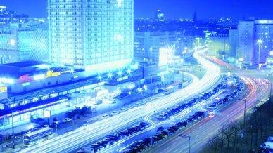Alexanderplatz bei Nacht: Zukünftig werden effiziente Kommunikationsinfrastrukturen in Gebäuden, Straßen und Institutionen integriert sein. Die Städte der Zukunft werden dank Informations- und Kommunikationstechnologien immer schlauer.