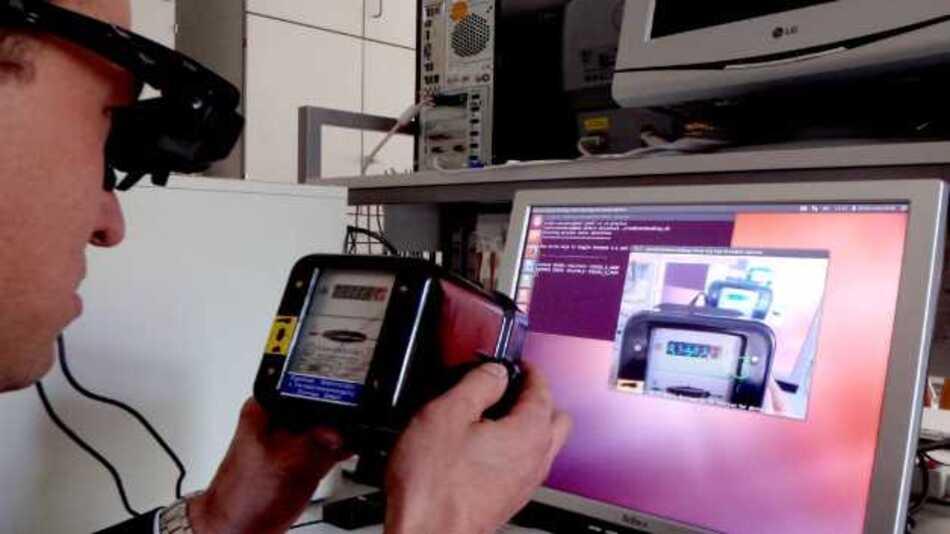 Prof. Rigo Herold demonstriert das Ablesen der Zählerstände mit einer Datenbrille