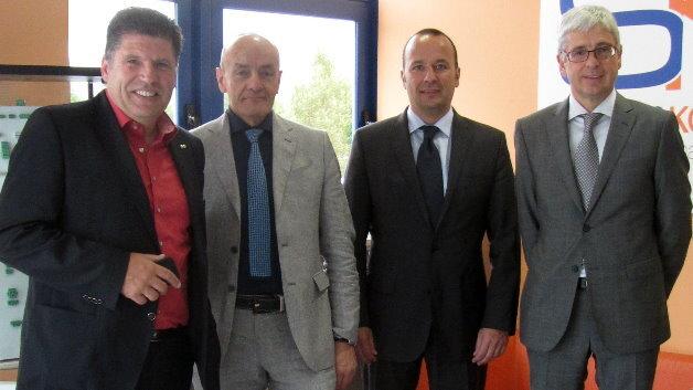 Das Bild zeigt die CEOs von Würth Elektronik eiSos (WE) und die Managing Directors von Stelvio Kontek (SK) nach der Unterzeichnung des Kaufvertrages am Firmensitz von Stelvio Kontek in Oggiono. Von links nach rechts: Oliver Konz (WE), Marco Crippa (SK), Thomas Schrott (WE), Luca Brigatti (SK).