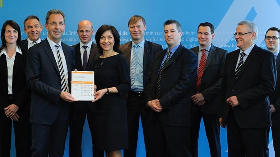 Übergabe des zweiten Zwischenberichts der Initiative Erdgasmobilität am 26. Mai 2014. Von links nach rechts: Jutta Groh (Wingas), Stefan Brok (Aral), Stephan Kohler (dena), Dr. Timm Kehler (erdgas mobil), Katherina Reiche (BMVI), Jens Andersen (Volkswagen), Elmar Kühn (UNITI), Dr. Oliver Lüdtke (Verbio), Dr. Thomas Almeroth (VDIK), Andreas Münzinger (ADAC).