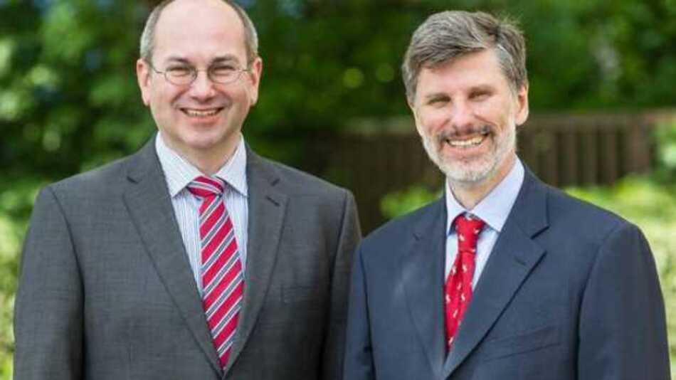Firmengründer Richard Distl (r.) übergibt die Verantwortung für Instrument Systems an seinen Nachfolger Dr. Markus Ehbrecht (l.)