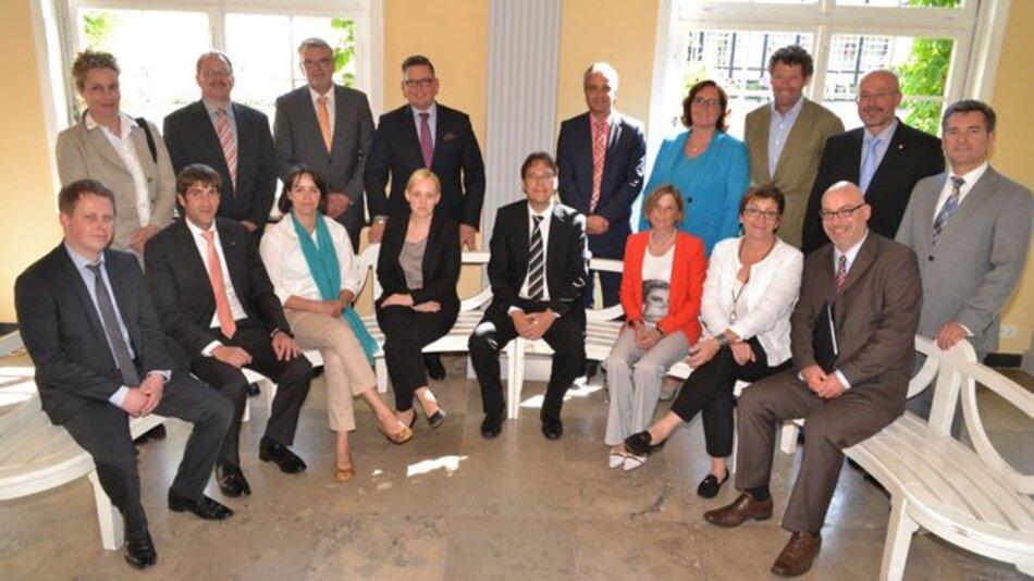 Die Projektpartner gaben im Gräflichen Park Bad Driburg den Startschuss für die Nachhaltigkeitsinitiative. Mit dabei: WAGO-Personalleiterin Tordis Eulenberg (links, stehend). Bild: Silke Riethmüller