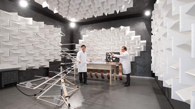 Im akkreditierten Prüfzentrum in Würzburg testen die Brose Versuchsingenieure täglich bis zu 100 Produkte auf ihre elektromagnetische Verträglichkeit (EMV). Die Messergebnisse fließen bereits frühzeitig in die Produktentwicklung und -gestaltung ein.