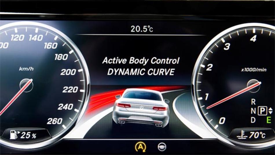 Neuheit für Serienautomobile: Die Kurvenneigefunktion im S-Klasse Coupé. Die auf die Insassen wirkende Querbeschleunigung wird so ähnlich der Fahrt in einer Steilkurve reduziert, die Passagiere sitzen satter im Sitz.