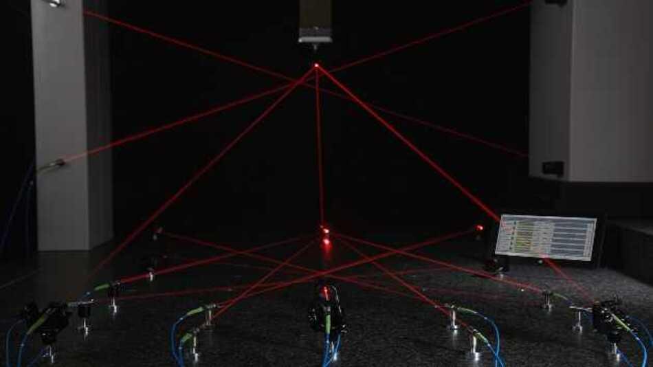 Anders als bei konventionellen Interferometern kann der Messstrahl jederzeit ohne Genauigkeitsverlust unterbrochen werden – innerhalb von Bruchteilen einer Sekunde wird die absolute Entfernung wieder bestimmt.