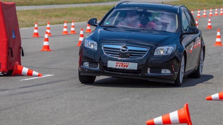 Der Opel Insignia als Testfahrzeug verfügte über Notausweichassistent und automatisches Notausweichen.