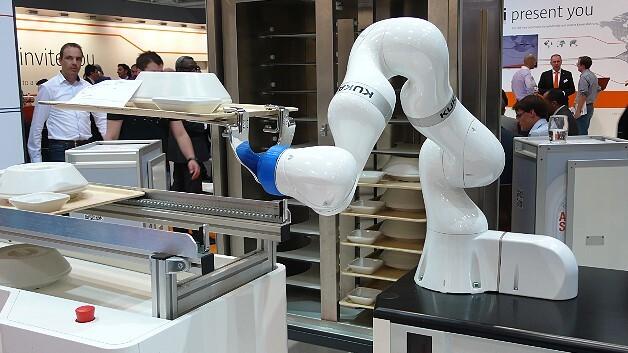 Trend-Thema auf der Automatica 2014 war die Mensch-Roboter-Kooperation: Der Leichtbauroboter »LBR iiwa« von Kuka beispielsweise kann ohne Schutzzäune mit dem Menschen Hand in Hand arbeiten.