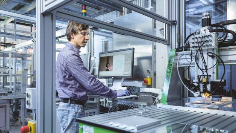 Das Fraunhofer IFAM hat mehrere Druckprozesse in einer Fertigungsstraße integriert und automatisiert.