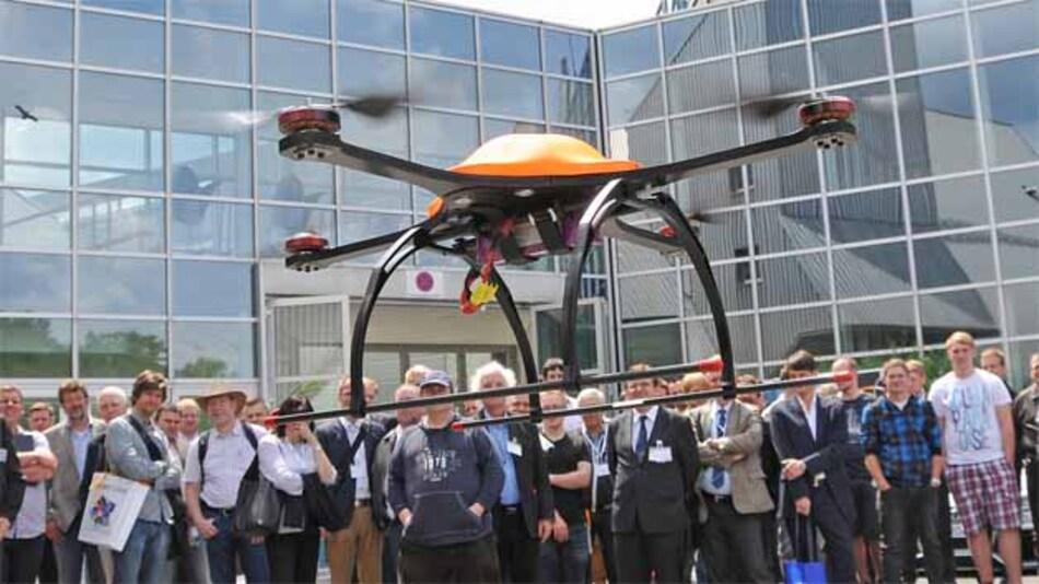 Die Ostbayerische Technische Hochschule Regensburg zeigte einen Flugroboter für Katastrophenschutz- und Überwachungszwecke (z.B. von Solarfeldern)