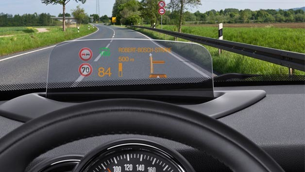 Das zunächst für den neuen MINI Hatch verfügbare Head-up-Display aus dem Hause Bosch spiegelt die Informationen nicht in die Windschutzscheibe, sondern projiziert sie davor auf eine kleine spezielle Kunststoffscheibe.