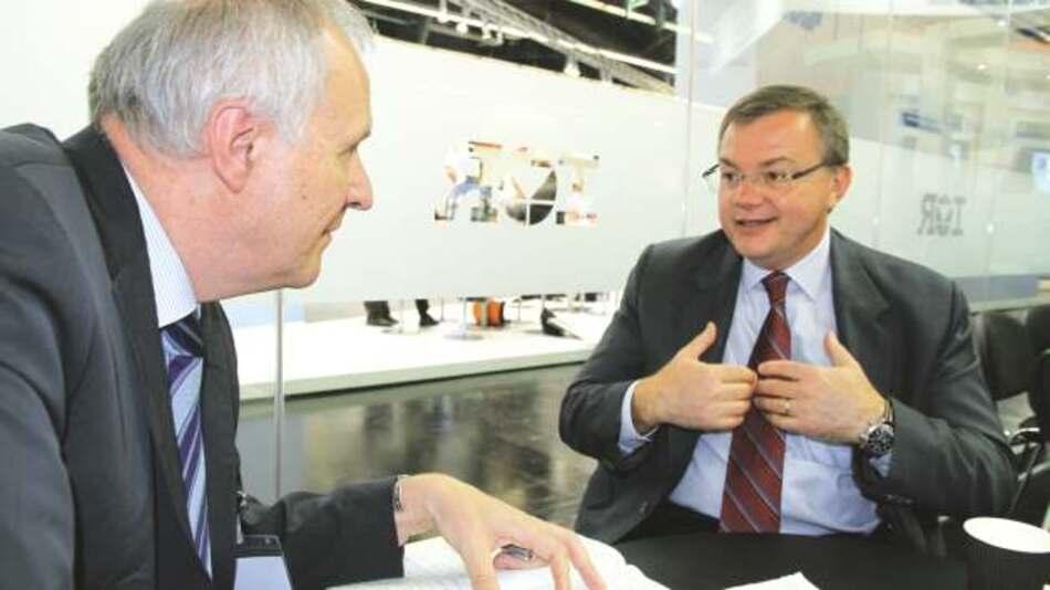 Oleg Khaykin, International Rectifier (im Bild mit Engelbert Hopf, Markt&Technik): »Statt in den Super-Junction-MOSFET-Markt einzusteigen, werden wir noch in diesem Jahr 600-V-GaN-on-Silicon-MOSFETs auf den Markt bringen und damit eine äußerst interessante Alternative zu Super-Junction-MOSFETs anbieten.«