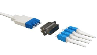 Beim URM-Stecker (links) wird jede der acht Fasern einzeln in eine eigene Keramikferrule eingefügt. Zudem ist pro Patch-Punkt nur ein Steckvorgang nötig.