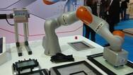 In der Display-Fertigung kann der Leichtbauroboter unter anderem Glasscheiben in die richtige Position bringen.